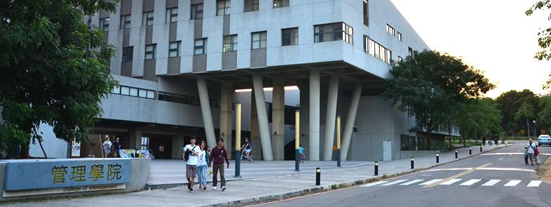 東海大學管理學院(由資管所黃煜瞬所攝影)